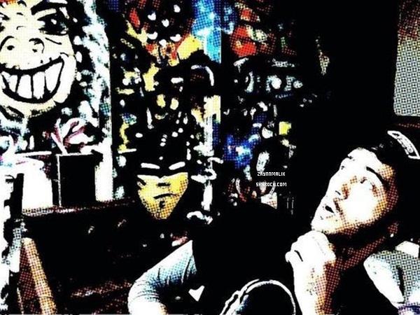 10 janvier 2013  - Zayn aperçu avec des fans en dehors du studio à Londres.