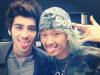 20 Janvier 2013 -  Zayn avec un fan dans la ville de Tokyo, au Japon.
