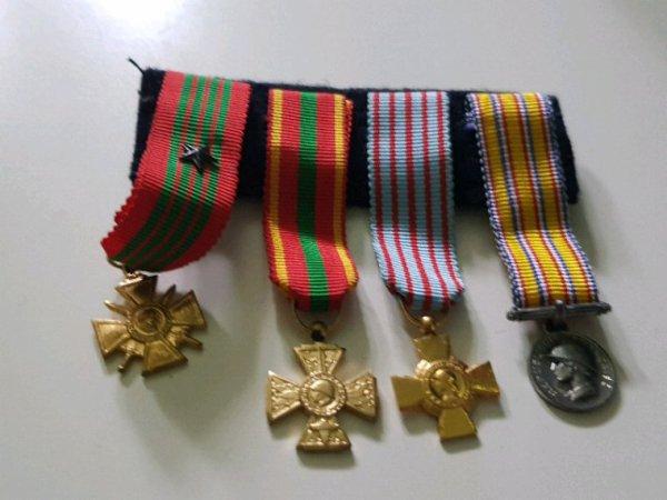 Mini  médaille ( ww1 .ww2.geurre Algérie. 20 ans   de service  pompier)