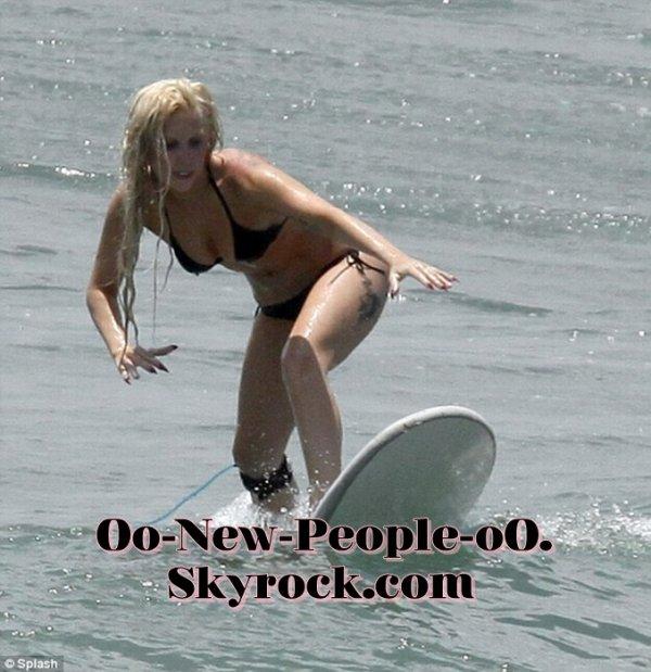 20.08.2011 - Reportage Photos : Lady Gaga : elle dompte les vagues mexicaines comme une pro...
