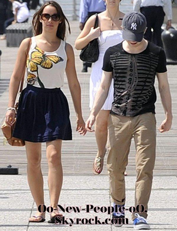 23.08.2011 - Reportage Photos : Daniel Radcliffe et sa petite amie exposent leur amour au grand jour !