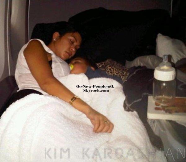 01.09.2011 - Photo : Kourtney Kardashian et son fils Mason : trop mignons quand il font la sieste !