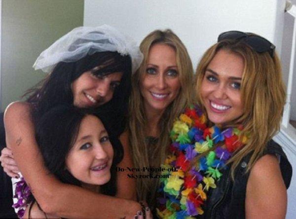 02.09.2011 -  Miley Cyrus : toute en simplicité et prête à faire la fête lors du mariage d'une de ses meilleures amies !