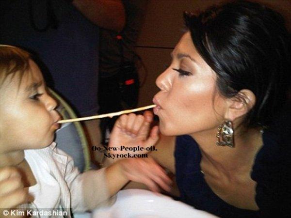 09.09.2011 -   Kourtney Kardashian et son fils Mason se partagent les spaghettis comme la Belle et le Clochard