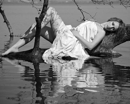 la nuit tombé mes paupières se ferment , une ombre apparait qui es tu , toi qui hante certaines de mes nuits toi qui dévoile peut a peut les jolies courbes de ton corps tu te donne sans dire un mot tel une Nymphe tu disparais aux lueurs du matin il ne me reste que l ombre de ton corps Oh Rêve combien de fois reviendras tu ! toi qui prend une partie de ma vie chaque matin  je ne suis pas un poete , je m appelle tout simplement Philippe Maenhout
