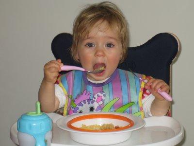 Camille mange toute seule