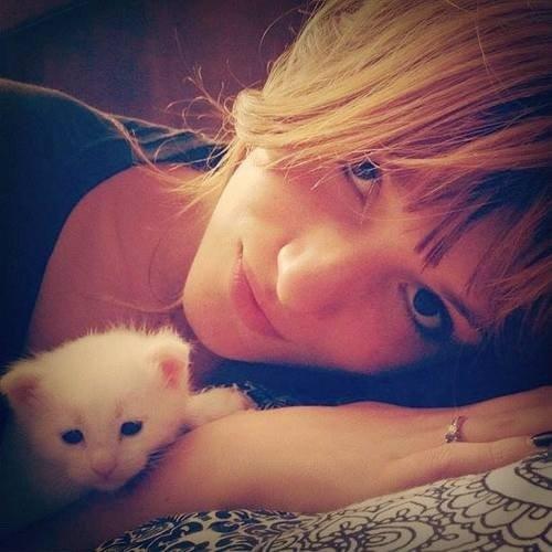 Bella et un petit chaton.