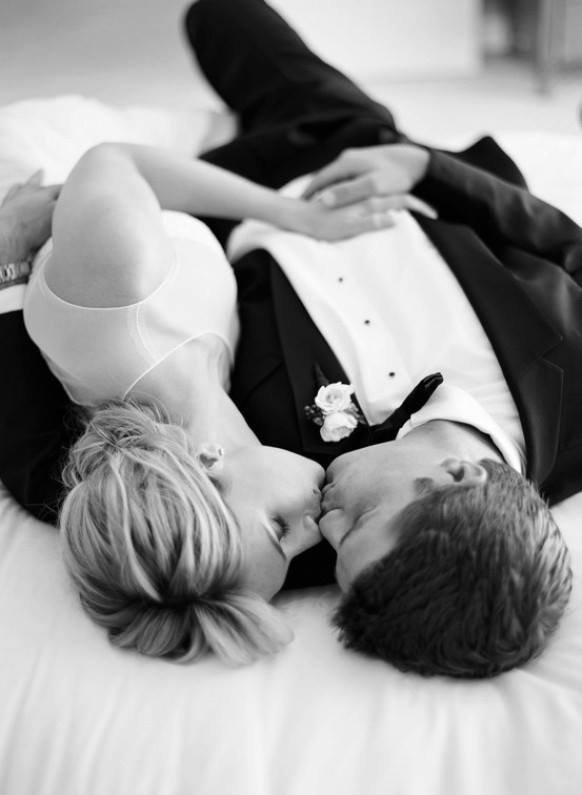 Une fille amoureuse sera toujours jalouse, c'est comme ça.. Le rôle de son copain est de la rassurer, de lui donner de l'importance et ne pas la tromper.