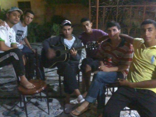 des amis et moi avec la guitare ^^