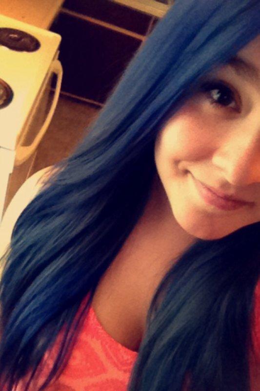 Cheveux bleu.