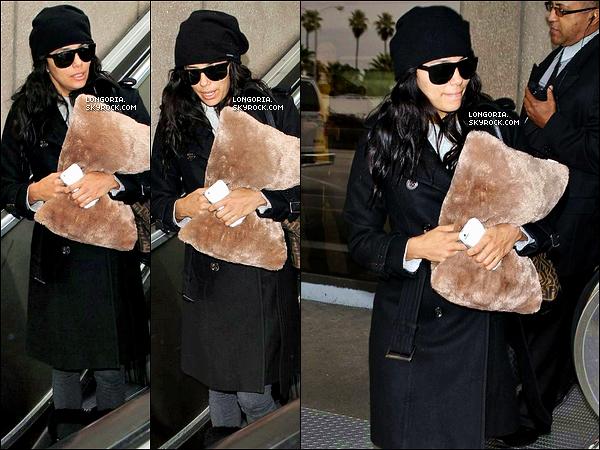 .16/12/12 : Eva Longoria arrivait à l'aéroport de « LAX » toujours accompagnée de son coussin fétiche..
