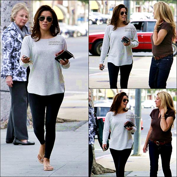 .25/03/13 : La belle a été aperçue quittant un salon de manucure avec de jolies ongles bleus dans Beverly Hills..