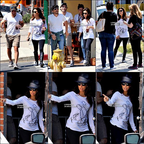 .27/03/13 : Eva, boisson en main, prenant une pause sur le lieu du set de son émission « Ready For Love » à L.A..