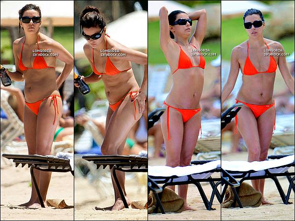 .07/04/13 : Notre bomba latina a été photographiée en train de faire bronzette sur une plage de Puerto Rico..
