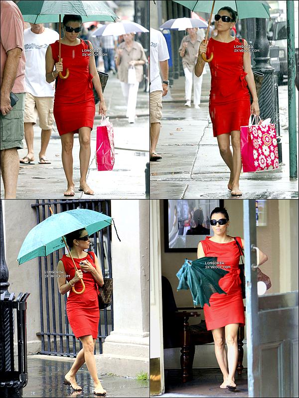 .02/06/13 : Eva, parapluie en main, à la Nouvelle Orléans pour se rendre au mariage de son amie Lake Bell..