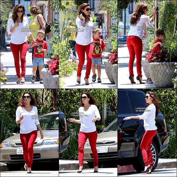 .24/07/13 : Notre bomba Latina a été photographiée visitant des maisons avec son petit-ami à West Hollywood. .