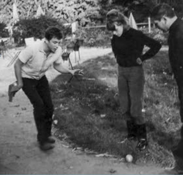 bernard lavilliers jouant aux boules.trés ancienne photo .....premier article de l année