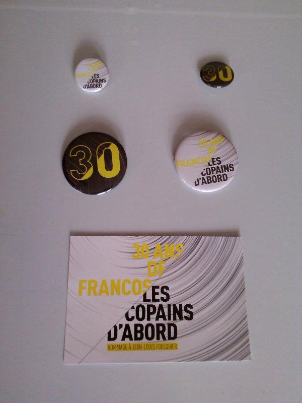 """carte postale et badges de deux dimension differente""""les copains d'abord"""",30 ans des francofolies"""