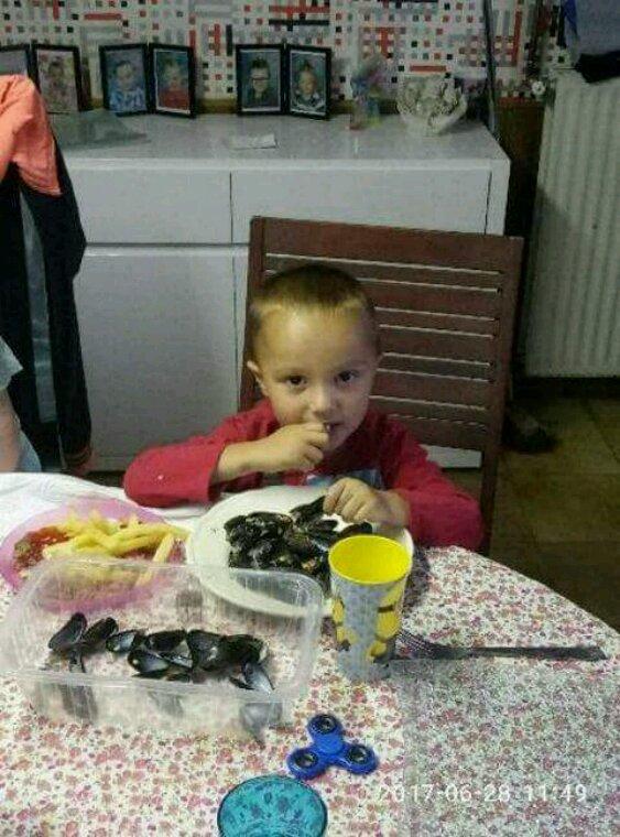 Mon BB lulu entrain de manger les moules frites