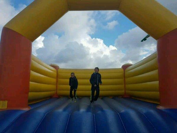 Mes 2 grand  entrain de  jouer dans  les gonflable