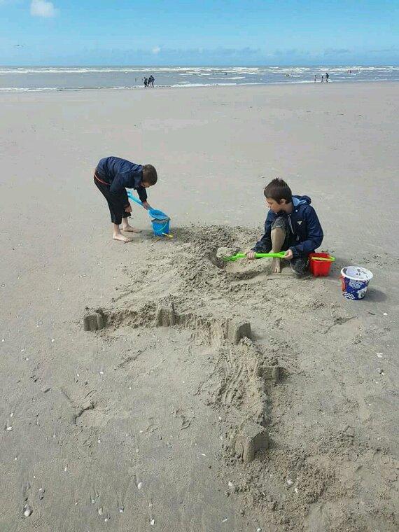 Mes 2 grand entrain de jouer au sable