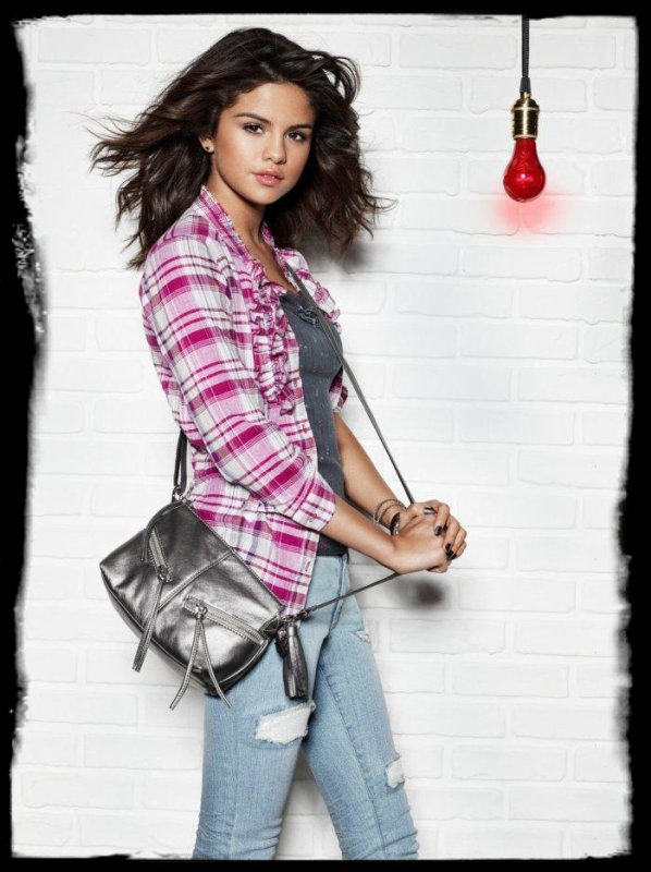 Découvrez deux photos de Selena Gomez pour sa collection de vêtement « Dream Out Loud » !