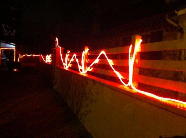 Voici la guirlande mise sur la clôture
