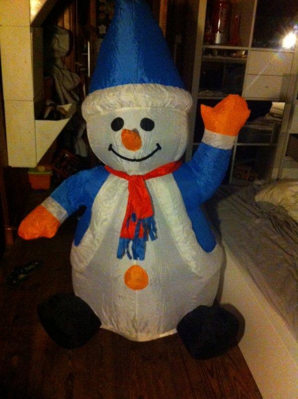 Voici le bonhomme de neige près a être mis une année de plus !!!