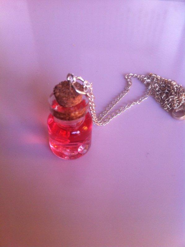 collier fiole philtre d 39 amour blog de le monde de lili fimo. Black Bedroom Furniture Sets. Home Design Ideas