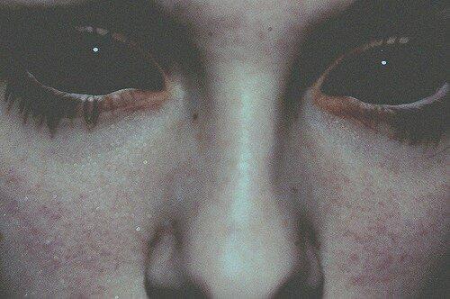 Les yeux noirs.