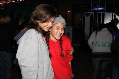 """Nouvelle photos de Zendaya en compagnie de sa co-star dans """"Shake it up"""" Bella Throrne sur le tournage de """"Shake it up"""" en Nouvelle - Orléans le 30 janvier 2011 . Elles sont ensuites aller à Disneyland avec leur ami(e)s ."""