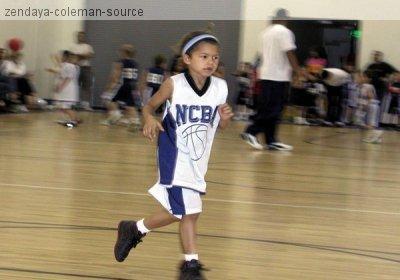 PHOTO EXCLUSIVE : on peut  voir  que Zendaya jouait au bascket  lorsqu'elle était plus petite .