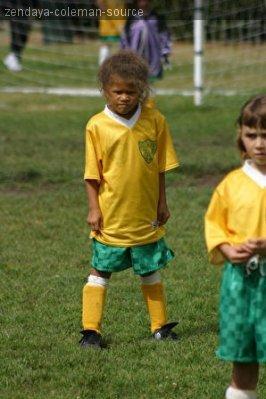 Zendaya jouait aussi au foot petite ? Apparament OUI en défense . J'adore sa tête sur la photo . =D