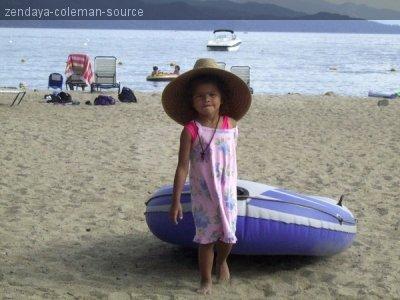 Photo privée de Zendaya quand elle était petite . Elle a marqué ceci dessous : FLASHBACK FRIDAY Y'ALL!!!! GUESS HOW OLD!! Traduction : FLASHBACK vendredi !!! Devinez quelle âge !!