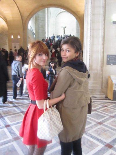 Photo de Zendaya et Bella à Paris . Nos deux miss ont visité Paris hier on les voit posées au Louvre , devant la Tour Eiffel et à la Cathédrale Notre Dame . Niveau tenus : Pour moi c'est un gros GROS FLOP . Je suis pas fan du gilet de l'écharpe et des bottes .Mais j'adore son sac LV . Par contre pour Bella je dirait TOP j'adore sa robe rouge qui lui sa à merveille , ses chaussures et son sac LV ; Mais je suis pas trop trop fan de ses collant . Et pour vous TOP ou FLOP pour Zen ? On peut aussi voir que nos deux miss sont déjà bien connu en France car certaines personnes au Louvre prennent des photos