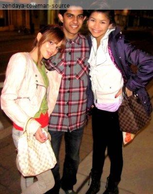 Zen et Bella posant avec des fans à Toronto .