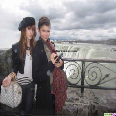 Nouvelles photos de Zendaya , Bella et le père de Zendaya au chute du Niagara .