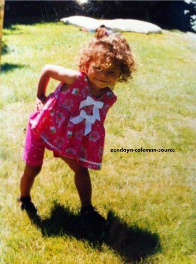 Nouvelle photo de Zendaya lorsqu'elle était plus jeune . Franchement je la trouve trop mimi sur cette photo =)