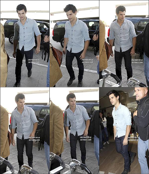 23/11/10 : Taylor a été vu à l'aéroport de Los Angeles. Il avait l'air plutôt très fatigué à ce moment là.