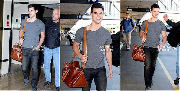 25/11/10 : Taylor a, une fois de plus, été vu arrivant à l'aéroport de Los Angeles, pour Thanksgiving.
