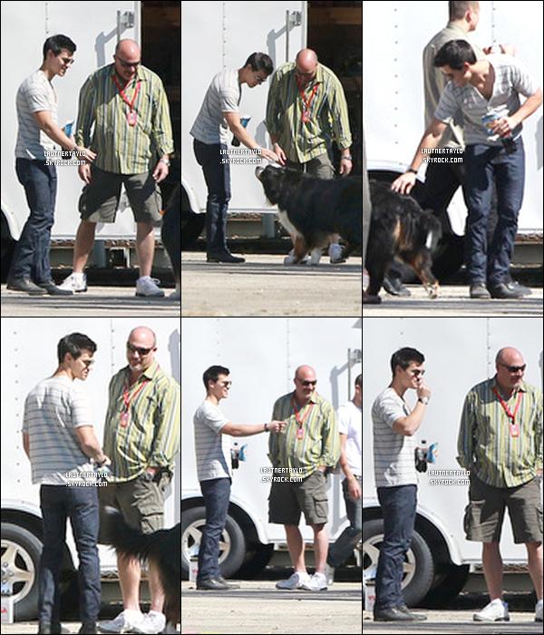 15/10/10 : Taylor a été vu sur le tournage du film de la saga Twilight, Breaking Dawn. Mauvaise qualité !