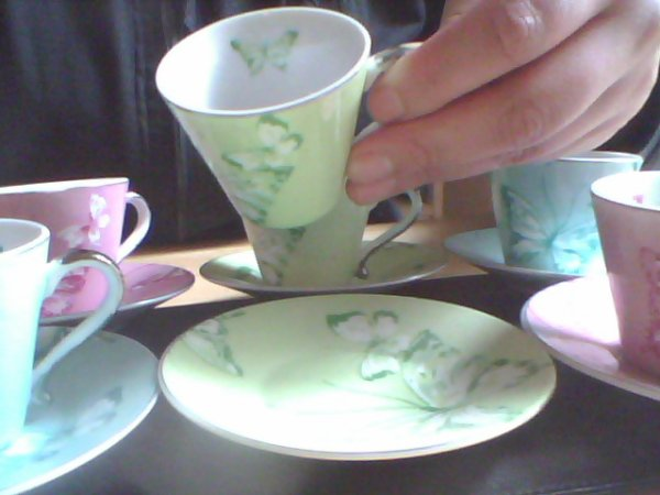 6 petites tasses et soucoupes de marque genevieve lethu 6euros