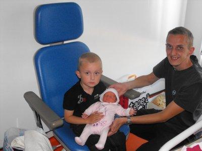 1ère photo avec papa et Théo le grand frère
