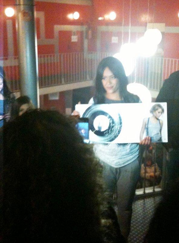 Amel reçoit son disque de platine dans les coulisses du Zénith