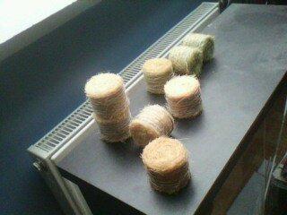 realisation de boules de foin et de paille en miniature