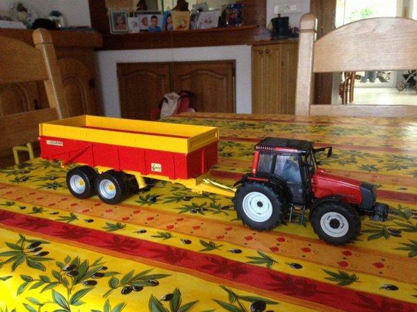 benne Legras 2 essieux avec Valtra 6850 rouge