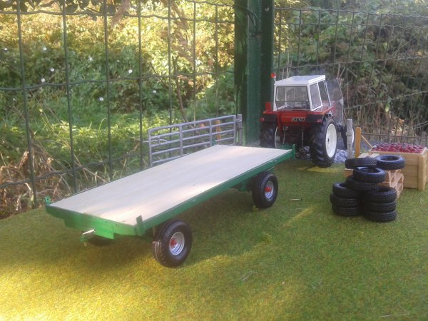 a vendre 60 euros frais de  port compris: plateau 4 roues vert avec plancher en bois les fourragères fonctionnel (VENDU)