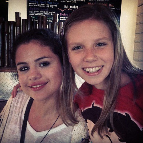 Selena et une fans dans un restaurant de sushi !