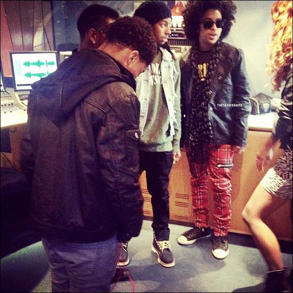 Aujourd'hui les garçons ont fait la tournée des stations de radios Londoniennes.