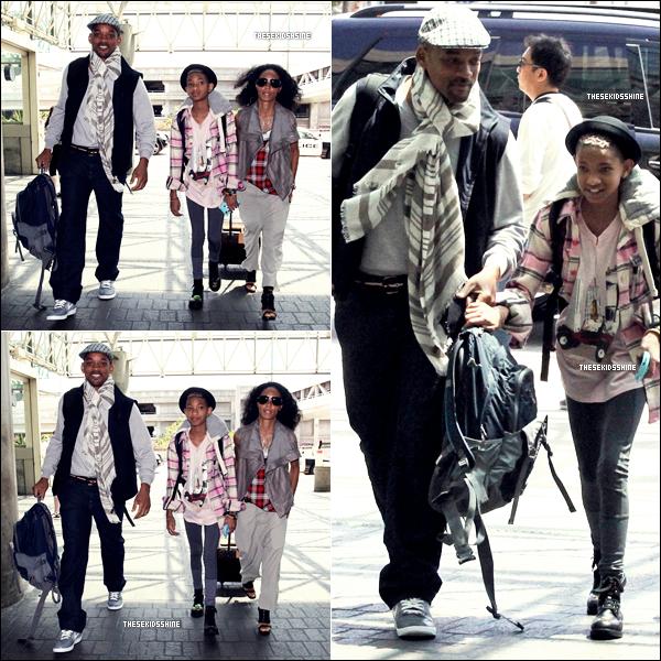 Willow accompagnée de ses parents Will et Jada à l'aéroport de LAX en Californie.